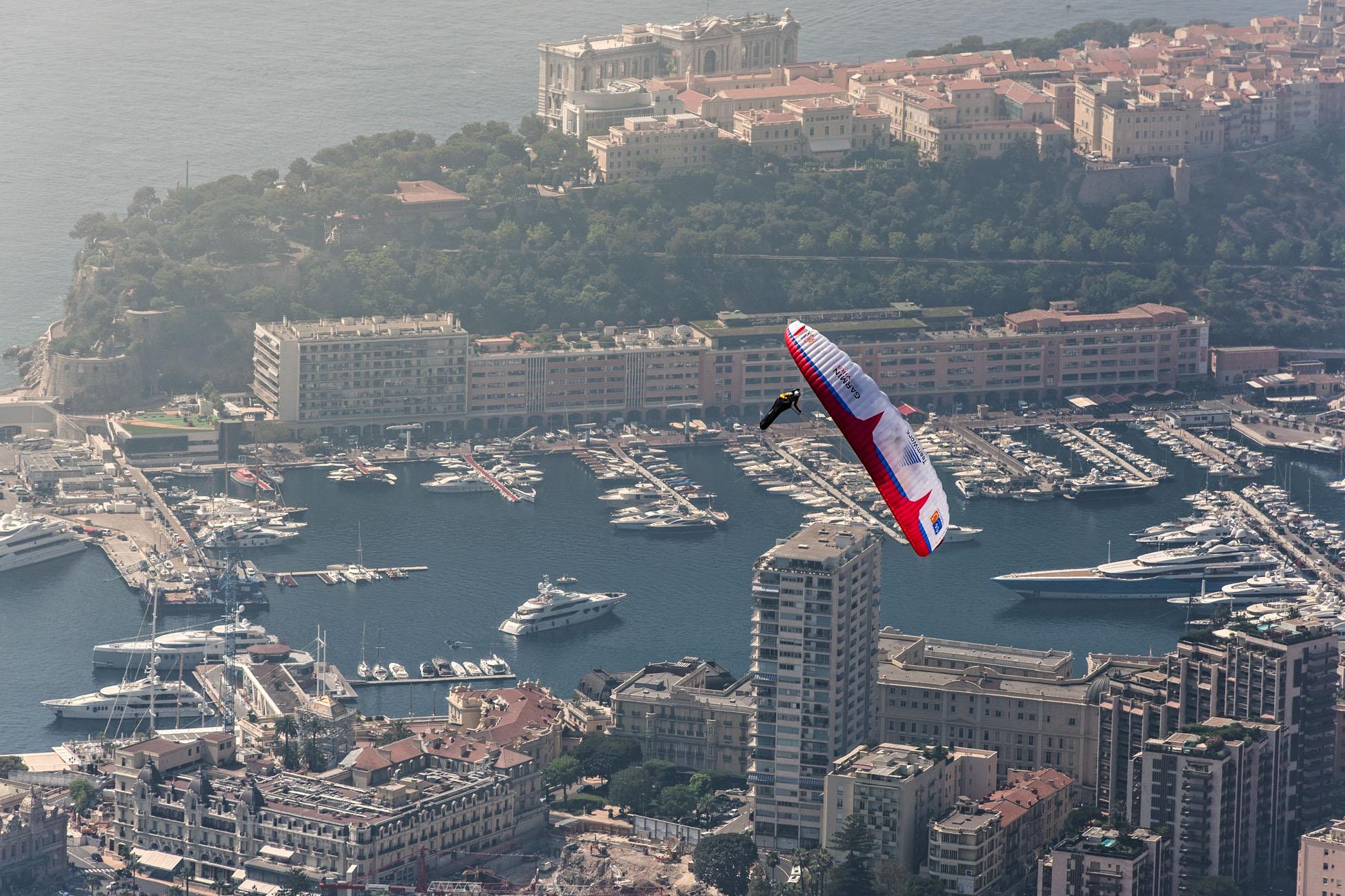 Christian Maurer im Landeanflug auf das Fürstentum. Uneinholbar kann man da seine Unterschrift in den monegassischen Himmel setzen. © Sebastian Marko/Red Bull Content Pool