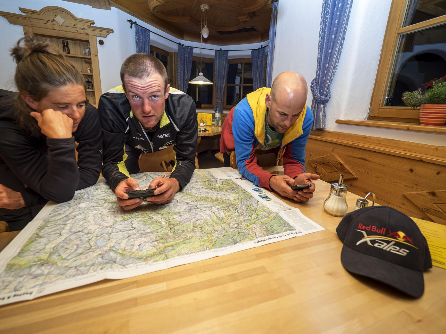 wenn die Nacht hereinbricht werden Karten studiert, um die effektivste Route für den nächsten Tag herauszuarbeiten © Vitek Ludvik/Red Bull Content Pool