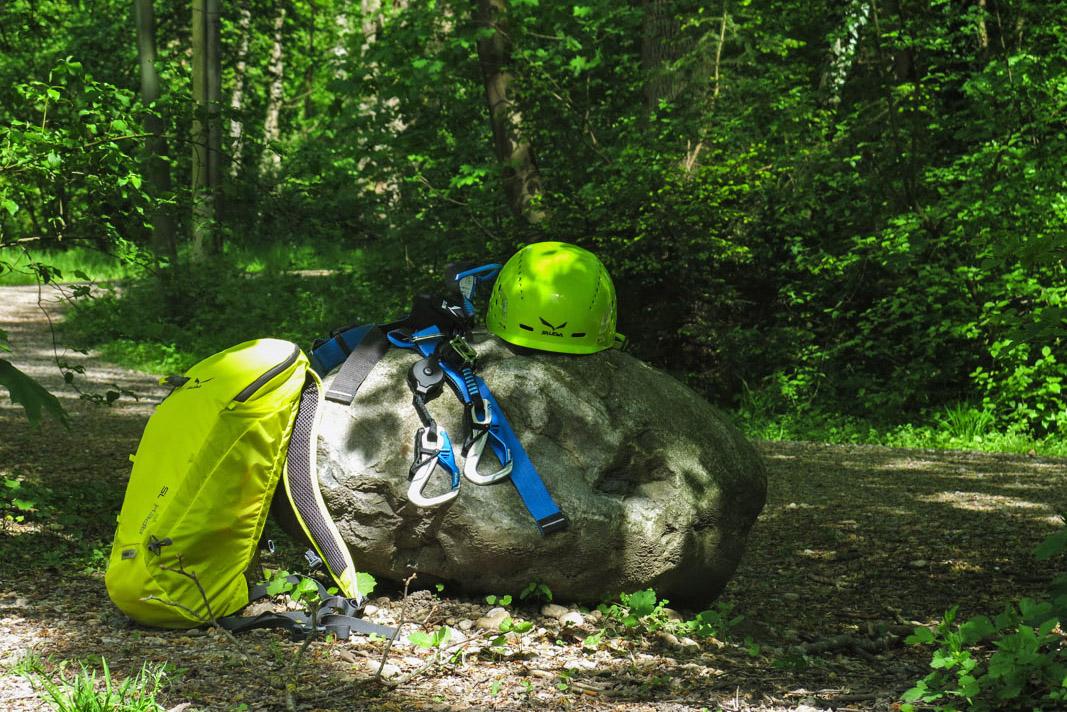 Helm, Gurt, Fallbremse und das wichtigste in einem leichten Rucksack verpackt. Mehr braucht es nicht für einen Ausflug zu den Klettersteigen