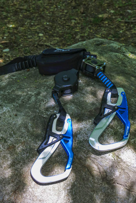 Beim Salewa Set Via Ferrata Ergo Zip Klettersteigset ermöglicht ein integrierter Zip-Roller ermöglicht ein körpernahes Karabinerhandling und unterbindet dadurch Stolpergefahr