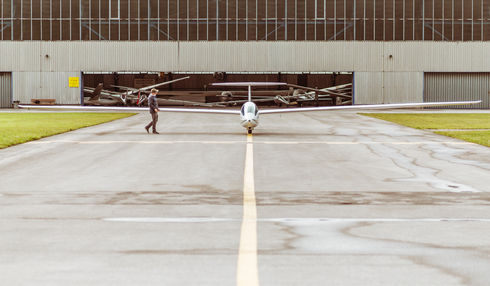 Formschön auf ganzer Linie: Tobi Tritscher sowie sein Fluggerät. © Dominik Steiner