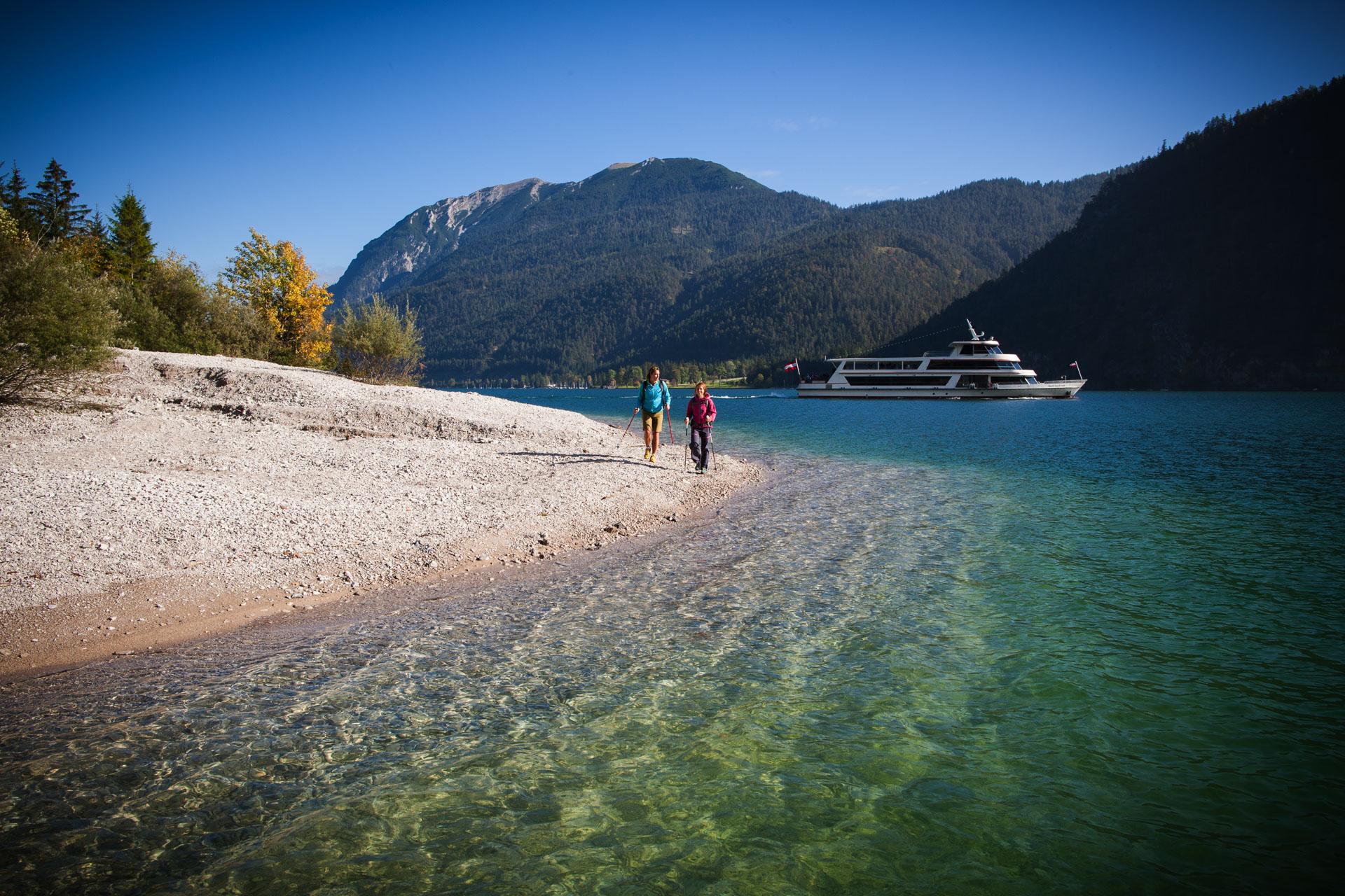 Kritallklares Wasser am Achensee läd auch zum Baden ein