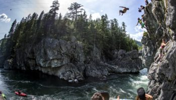 The North Face's Rory Bushfield beim Cliff Jumping.