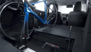 Fertig eingespannt und gezurrt – so fährt man sicher mit im Innenraum verstauten Rennrädern.
