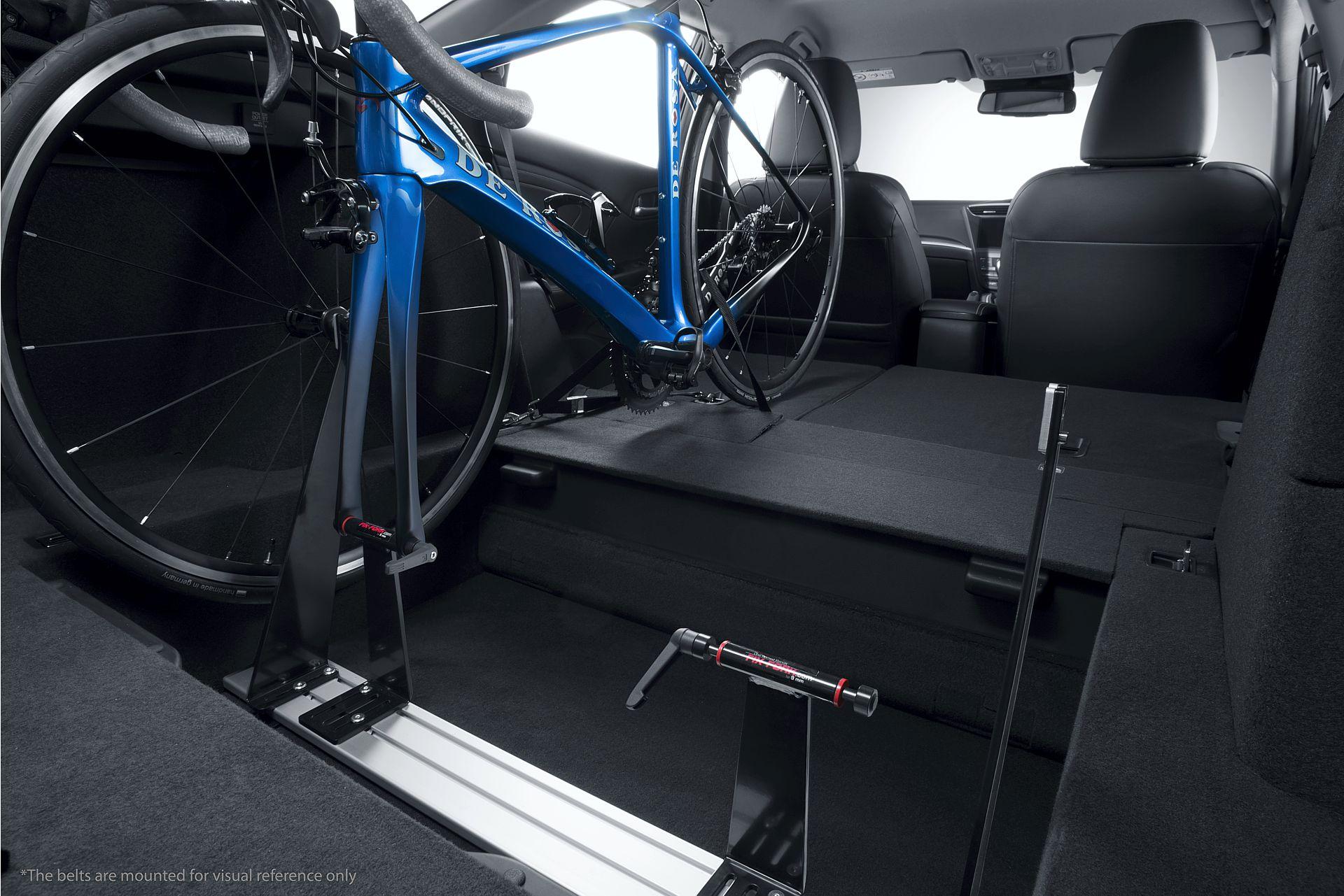 Fertig eingespannt und gezurrt - so fährt man sicher mit im Innenraum verstauten Rennrädern.