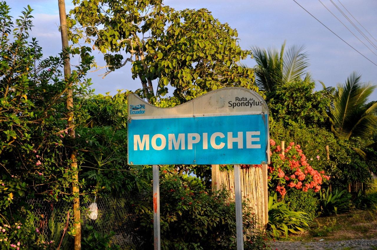 Das Ortsschild von Mompiche vermittelt schon den Hippie-Flow der Bucht (Foto: Beth Meyer)