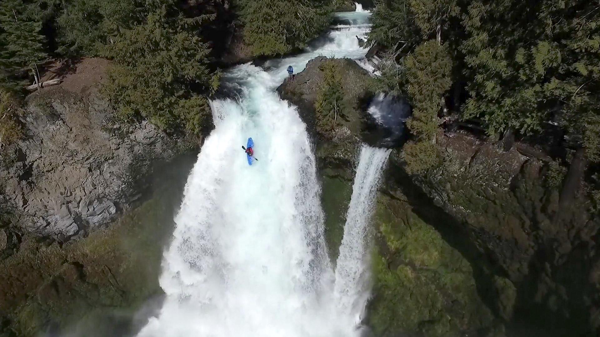 Purer Adrenalinrausch im Wasserfall mit dem Paddel in der Hand