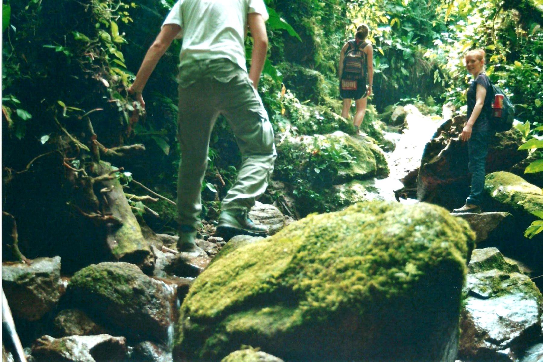 Über Steine und glitschige Baumstämme geht es die Pimpilala-Wasserfälle hinauf