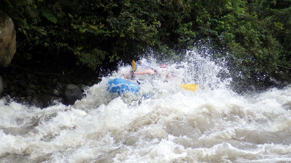 """Manchmal wird es ganz schön nass. Hier sieht man auch das """"Wild"""" von """"Wildwasserrafting""""."""