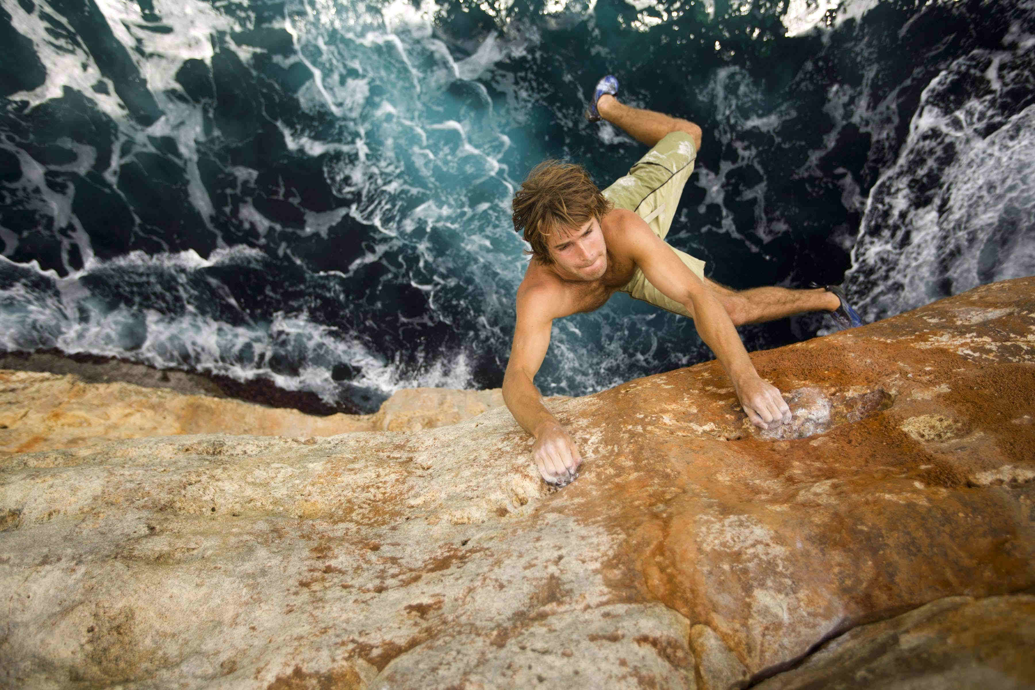 Chris Sharma beim Deep Water Soloing in Mallorca. Er rief 2013 den Psicobloc-Wettkampf ins Leben.