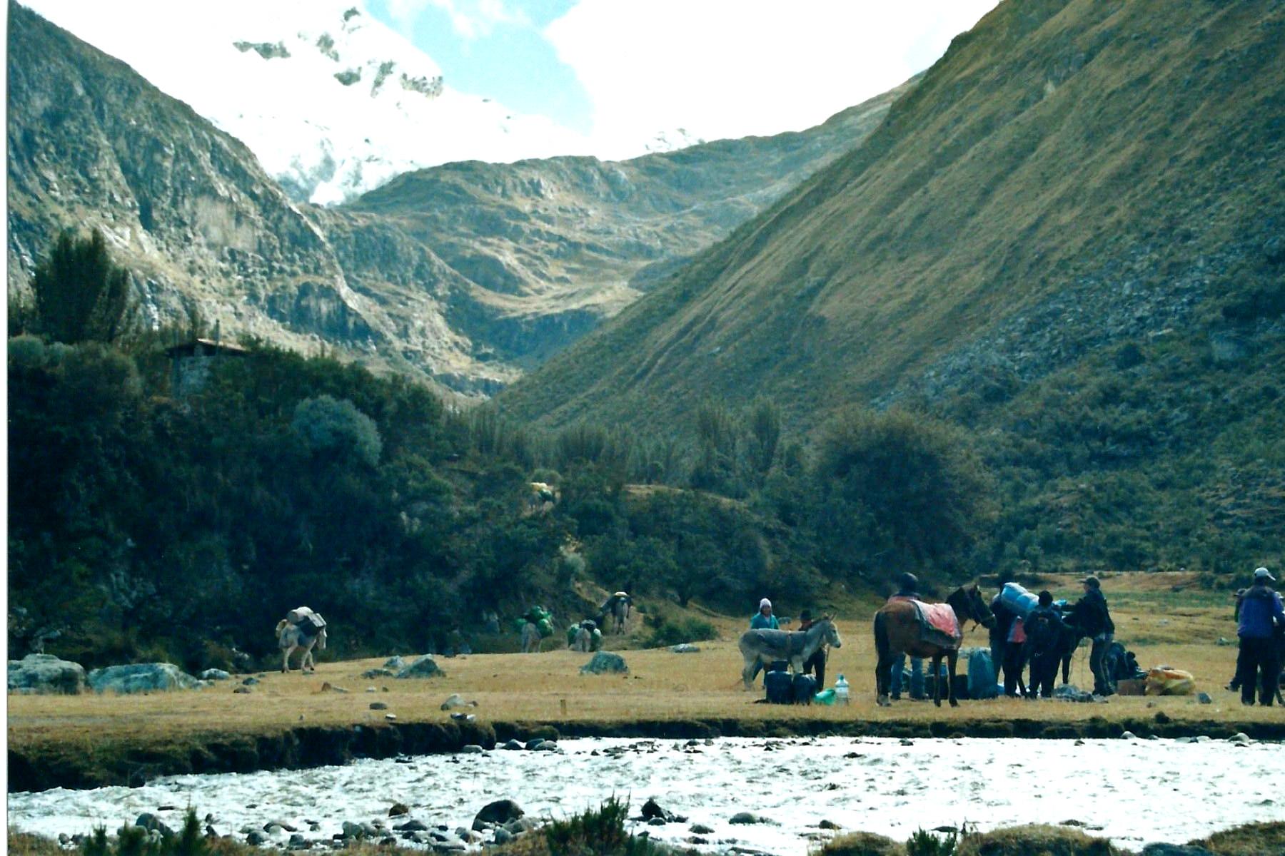 Das Basislager liegt schon mitten in den Anden. Von hier starten auch die mehrtätigen Touren.