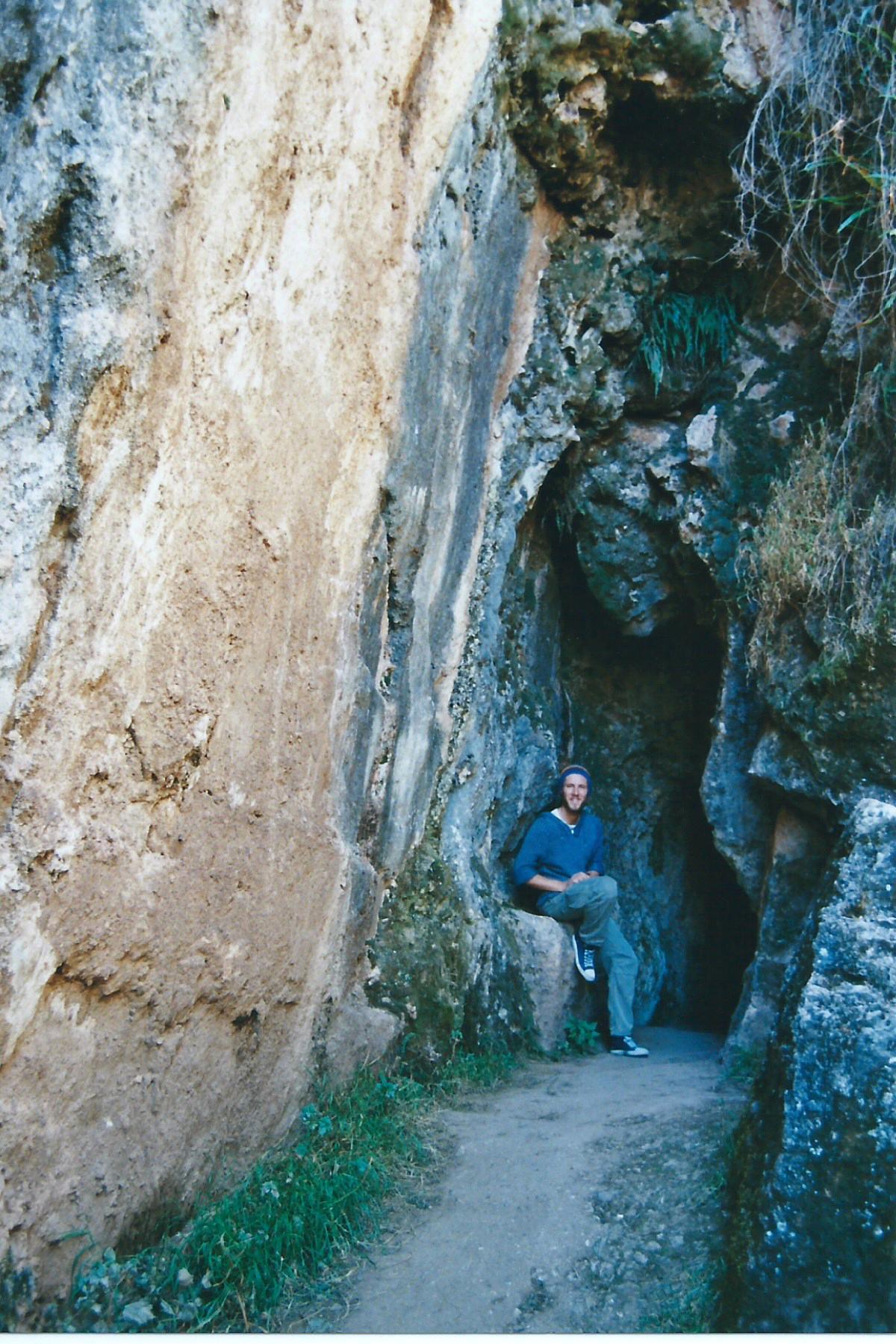 Die Tempel sind in natürliche Felsformationen integriert