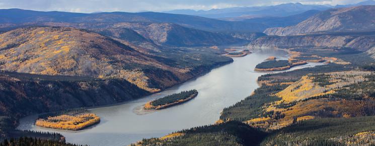 Rau und majestätisch. Der Yukon schlängelt sich durch unberührte Natur.