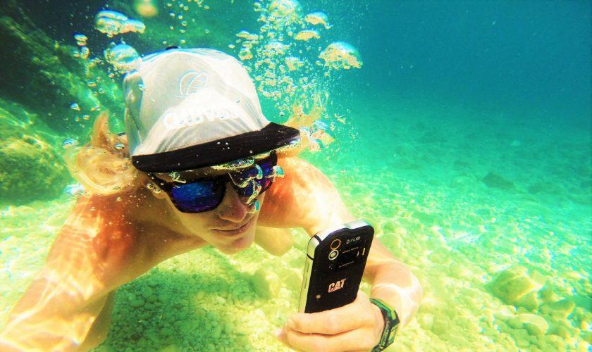 Max-Cat-phone-underwater-3